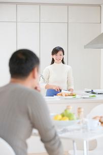 キッチンの夫婦の写真素材 [FYI04052200]