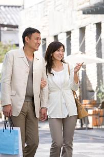 買い物する夫婦の写真素材 [FYI04052201]