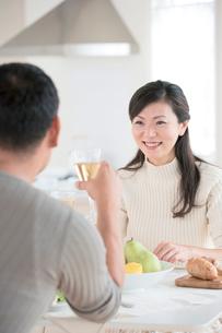 食事中の夫婦の写真素材 [FYI04052206]