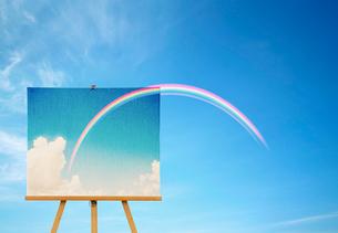 青空とイーゼルに置かれた虹の絵の写真素材 [FYI04052224]