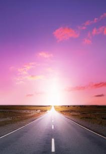 続く道と夕日の写真素材 [FYI04052244]