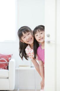 白いドアと姉妹の写真素材 [FYI04052327]