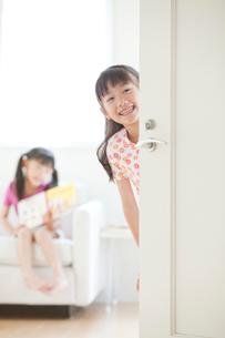白いドアと姉妹の写真素材 [FYI04052329]