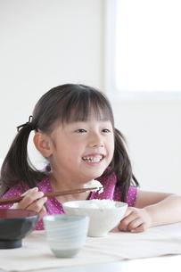 食事をする女の子の写真素材 [FYI04052335]