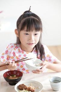食事をする女の子の写真素材 [FYI04052338]