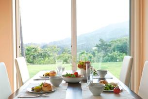 朝食のダイニングテーブルの写真素材 [FYI04052347]