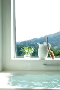 窓のあるバスルームの写真素材 [FYI04052366]