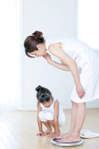 体重計に乗る母と娘の写真素材 [FYI04052374]