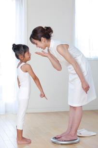 体重計に乗る母と娘の写真素材 [FYI04052375]