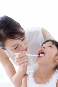 歯磨きをする母と娘の写真素材 [FYI04052381]