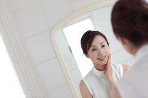 鏡を見る女性の写真素材 [FYI04052382]