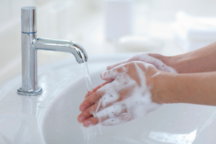 手洗いする子供の手の写真素材 [FYI04052389]