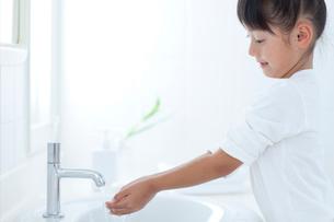手を洗う女の子の写真素材 [FYI04052390]
