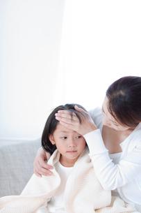 熱のある娘と母親の写真素材 [FYI04052395]