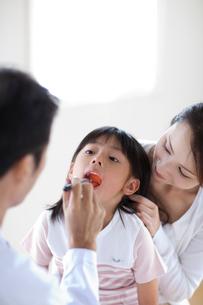 診察を受ける女の子と母親の写真素材 [FYI04052401]