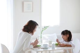 食事をする母と娘の写真素材 [FYI04052402]