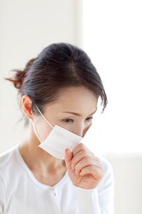 マスクをかけて咳をする女性の写真素材 [FYI04052403]