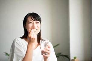 歯磨きをしている女性の写真素材 [FYI04052409]