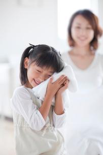 洗いたてのタオルと母と娘の写真素材 [FYI04052419]