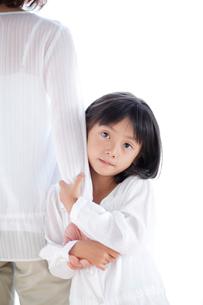母の手につかまる女の子の写真素材 [FYI04052426]