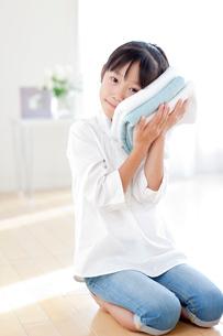 洗い上がりのタオルを持つ女の子の写真素材 [FYI04052447]