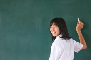 黒板に文字を書く女子高校生の写真素材 [FYI04052495]