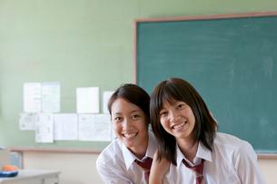教室にいる笑顔の女子高校生の写真素材 [FYI04052503]
