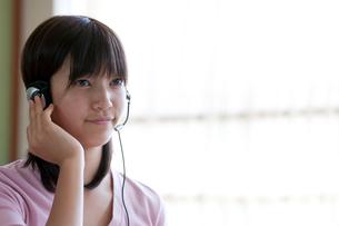 インカムを付け授業を受ける10代の女の子の写真素材 [FYI04052509]