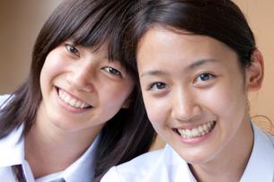 笑顔の二人の女子高校生の写真素材 [FYI04052517]