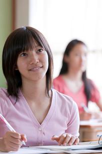 塾で勉強する10代の女の子の写真素材 [FYI04052519]