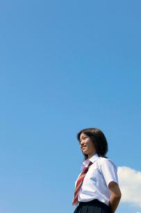 青空と笑顔の女子高校生の写真素材 [FYI04052522]