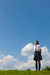 空を見上げる女子高校生の写真素材 [FYI04052524]