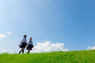 土手を歩く二人の女子高校生の写真素材 [FYI04052527]