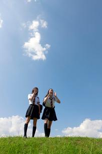 土手に立つ二人の女子高校生の写真素材 [FYI04052528]