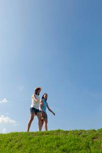 土手を歩く二人の10代の女の子の写真素材 [FYI04052551]