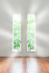 窓から差し込む光の写真素材 [FYI04052600]