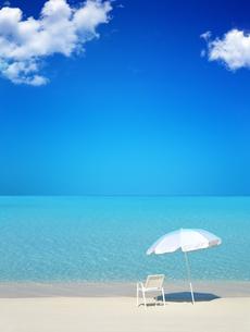 ビーチパラソルと白い椅子の写真素材 [FYI04052604]