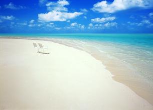 ビーチと白い椅子の写真素材 [FYI04052606]
