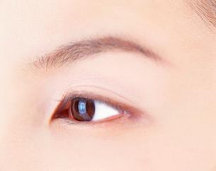 女性の目の写真素材 [FYI04052607]