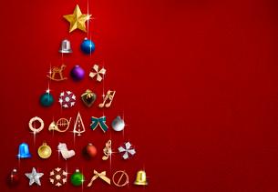 赤背景のクリスマスツリーイメージの写真素材 [FYI04052663]