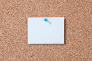 コルクボードにピンで留めたメモの写真素材 [FYI04052665]