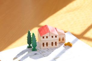 ミニチュアの家と設計図の写真素材 [FYI04052671]