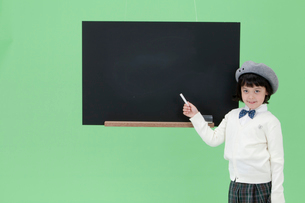 黒板を指し示す女の子の写真素材 [FYI04052748]