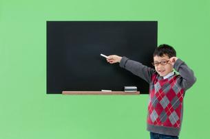 黒板を指し示す男の子の写真素材 [FYI04052752]