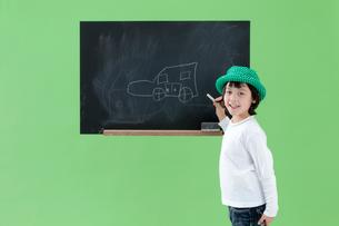 黒板に絵を描く女の子の写真素材 [FYI04052755]