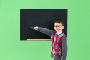 黒板に書く男の子の写真素材 [FYI04052757]