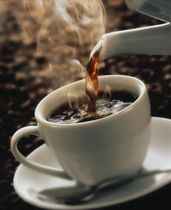 湯気をたてて注がれるコーヒーの写真素材 [FYI04052868]