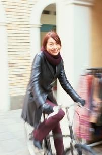 自転車に乗る日本人女性の写真素材 [FYI04053059]