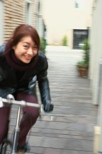 自転車に乗る日本人女性の写真素材 [FYI04053061]