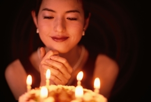 ケーキを前にした日本人女性の写真素材 [FYI04053076]